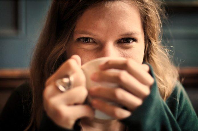 žena sa šalicom, zeleni čaj