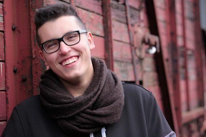 nasmijani mladi muškarac, emocionalna inteligencija