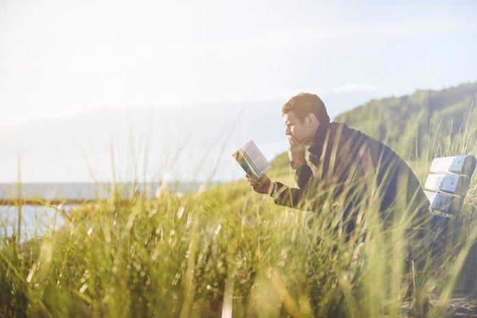 muškarac na klupi, čitanje, pravilo pet sati