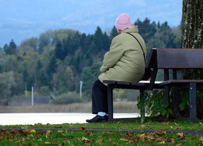starija žena, usamljenost