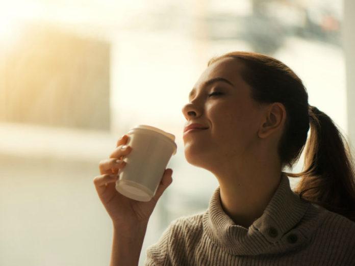 ispijanje kave, žena s kavom