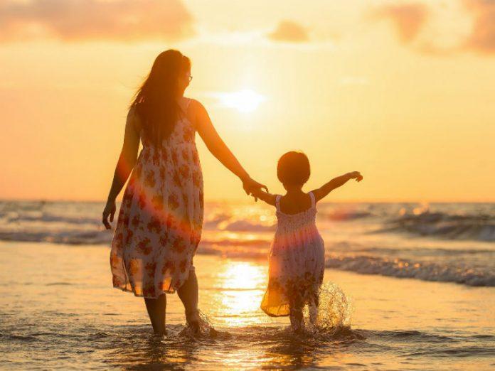 žena s djevojčicom na plaži, putovanje s djecom