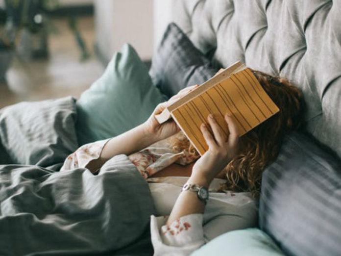 žena u krevetu s knjigom preko lica, kvaliteta sna