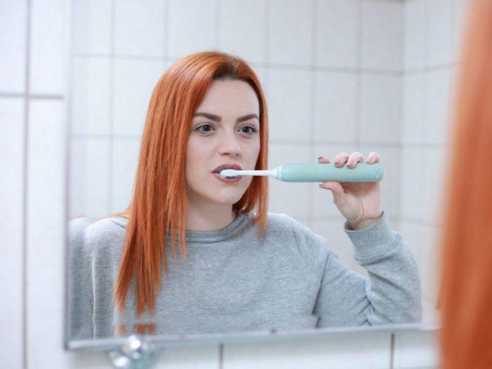 crvenokosa djevojka pere zube, pranje zubi, oralna higijena