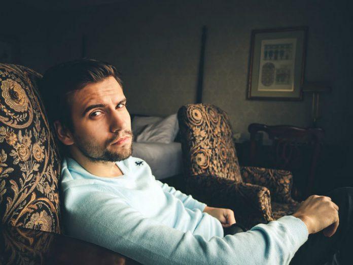 mladi muškarac u fotelji, narcis