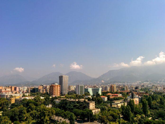 Tirana, Albanija, zgrade okružene zelenilom