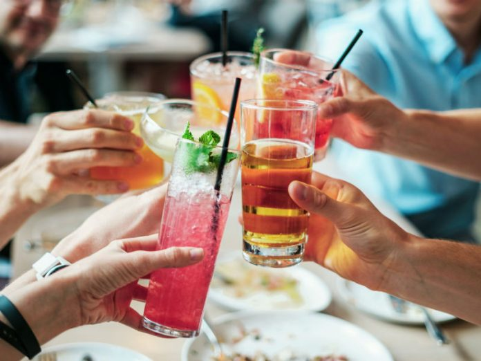 čaše s koktelima, alkohol