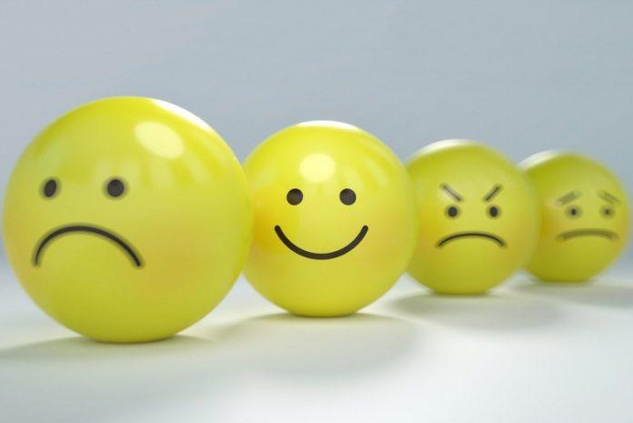 tužni, nasmiješeni i ljuti emotikoni žute boje na bijeloj podlozi