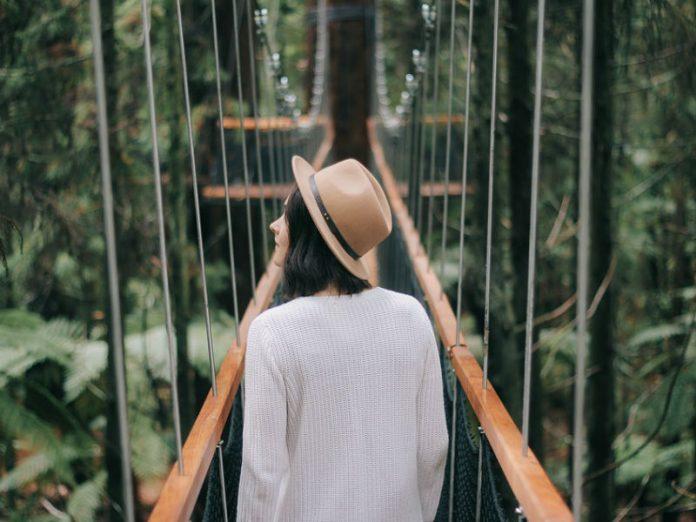 djevojka na mostu u šumi