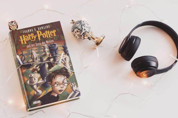 Knjiga Harry Potter i slušalice na bijelom stolu