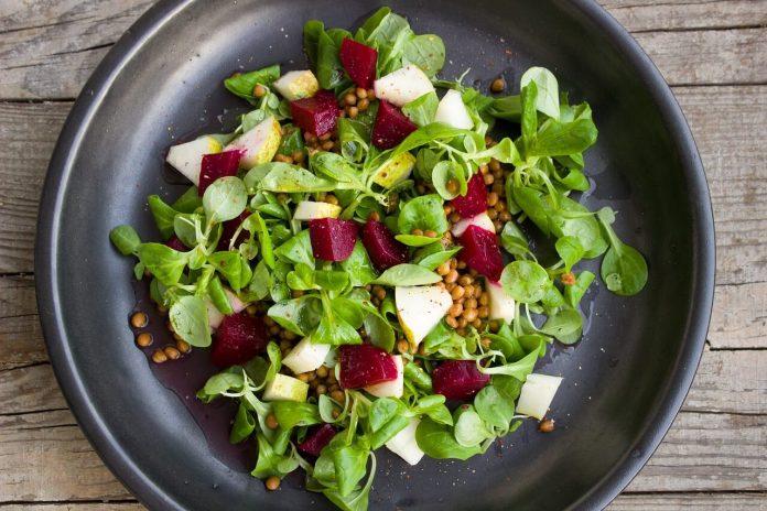 salata na tamnom tanjuru