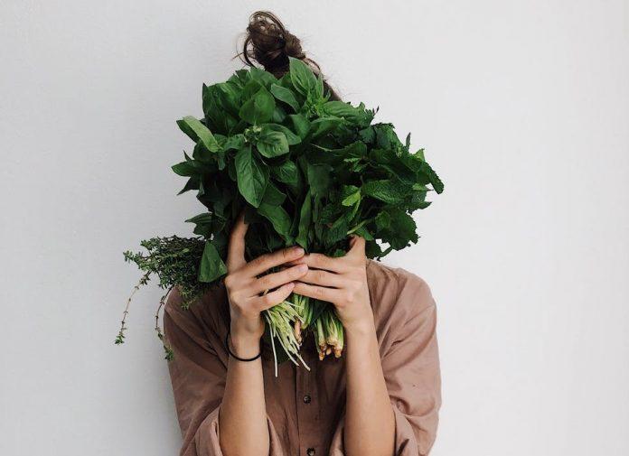 zena drzi zeleno povrce
